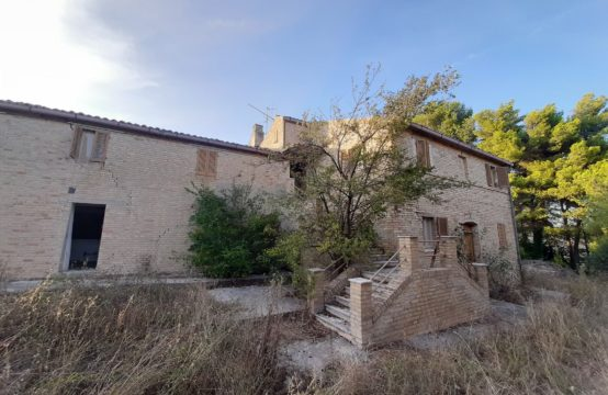 PRICE REDUCED. Farmhouse with beautiful sea view near Fermo