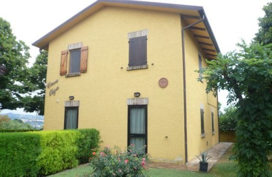 A cottage with a pool for sale in Pesaro-Urbino.