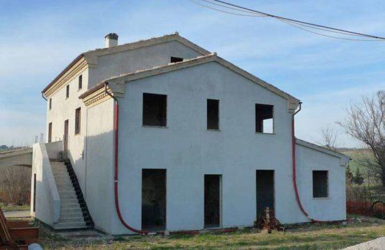 Casale parzialmente ristrutturato di 500 mq con annessi a Petriolo