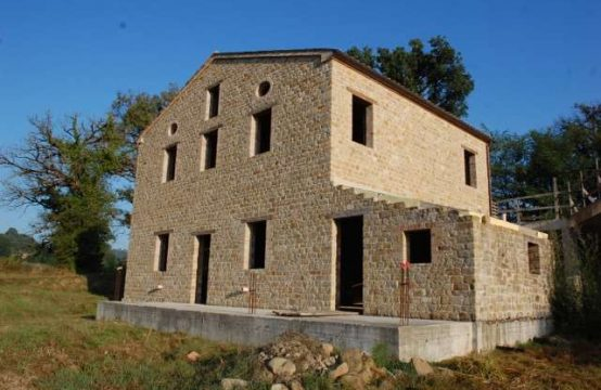 Semi-restored farmhouse for sale in Gualdo, Marche