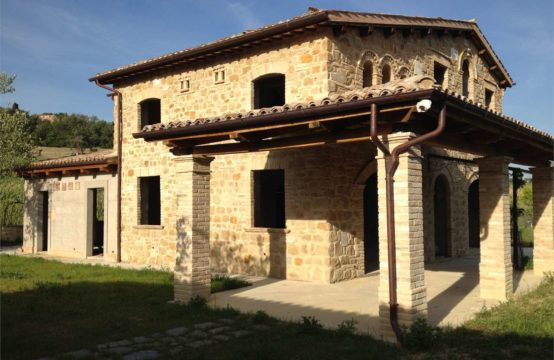 Semi-restored farmhouse, Camporotondo di Fiastrone