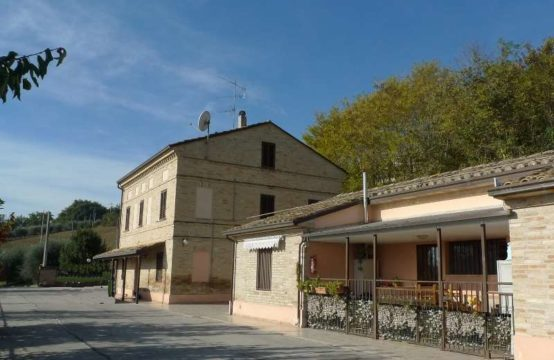 Restored farmhouse for sale in Corridonia