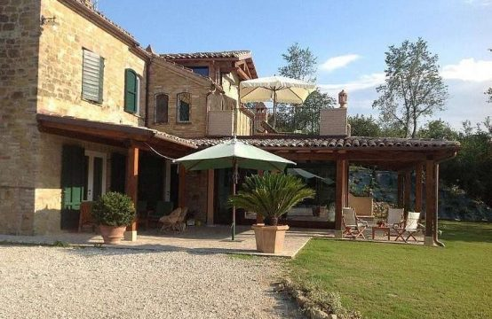 Price reduced.Farmhouse with white truffle wood in Amandola