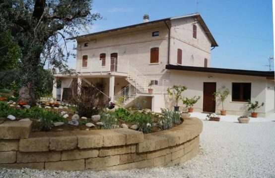 House with restaurant in Monte San Pietrangeli