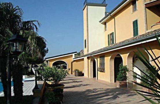 Villa a pochi km da Fermo e Porto San Giorgio con vari annessi e piscina