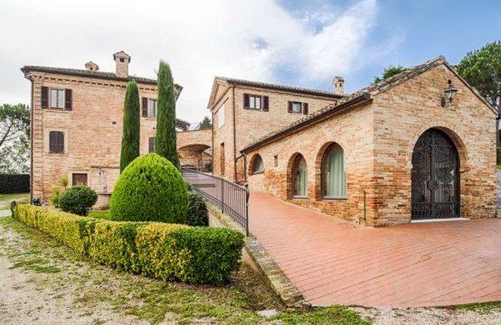 Villa di prestigio con chiesetta nelle Marche