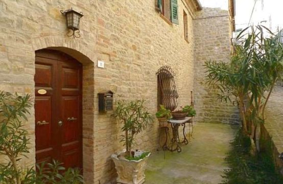 Price reduced. Townhouse with beautiful view for sale in Marche