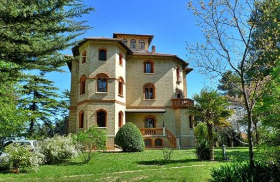 Luxury Apartment in Villa in Macerata