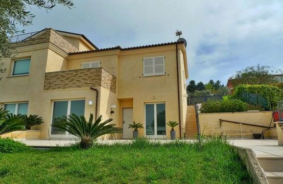Semi-detached house, with sea views in Potenza P.