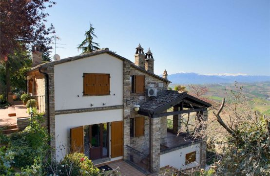 Villa/casale vista stupenda a Ripatransone. VIDEO TOUR