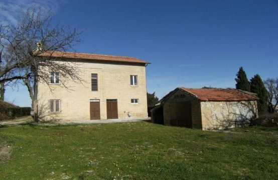 Farmhouse with courtyard and outbuilding for sale