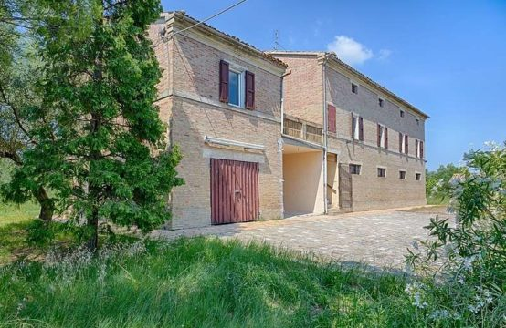 Large habitable farmhouse for sale in Treia