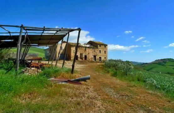 Casale da ristrutturare con magnifica vista e 9 Ha di terreno.Montalto delle Marche