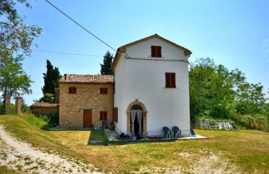 Restored farmhouse for sale in Loro Piceno