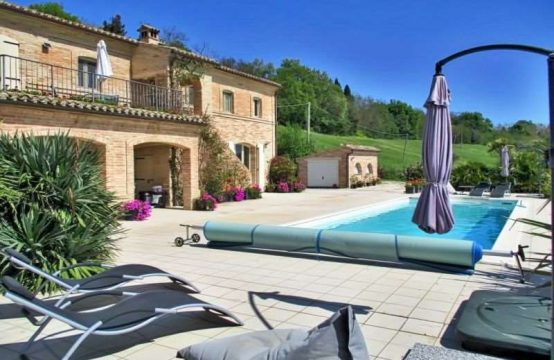 Restored farmhouse with pool in Corridonia, Marche
