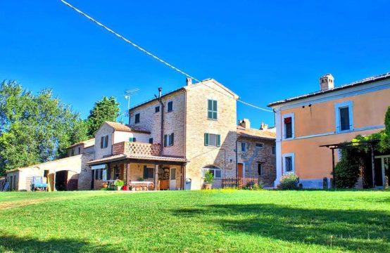Borgo antico con Villa di prestigio, struttura turistica e chiesa. Mondavio