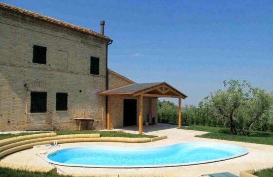 House with pool for sale in Le Marche