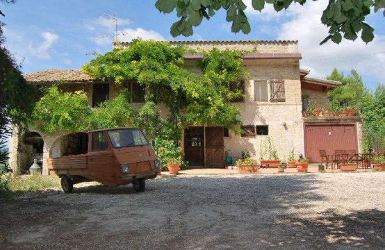 Farmhouse for sale near Fermo. UNDER OFFER