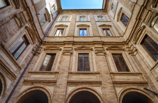 Appartamento centro storico con importanti affreschi