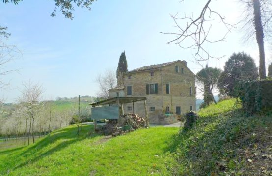 Habitable Farmhouse for sale in Le Marche, in Mogliano