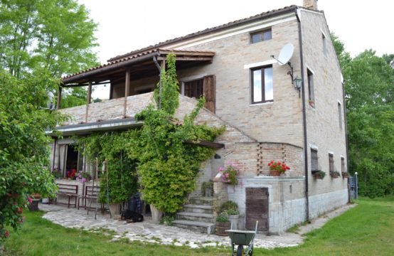 Farmhouse renovated in the 80s of about 300 sqm in Montottone