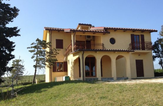 Country house for sale in Fratte Rosa. Marche countryside.