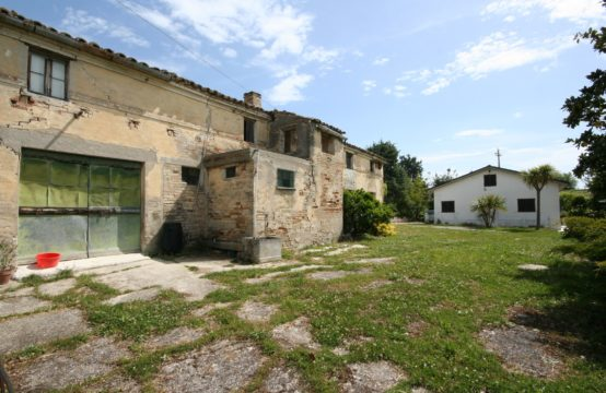 Farmhouse to restore and habitable house with sea view and land for sale in Fermo. Marche