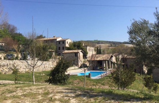 Hamlet with several buildings, 1000 sqm, for sale in San Severino Marche