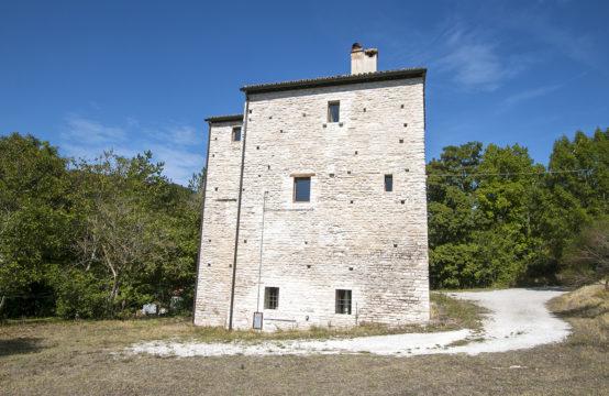 Torre Medievale ristrutturata in casale con annesso in vendita a Urbino