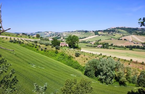 Partially Farmhouse for sale in Carassai with 1 Ha of land