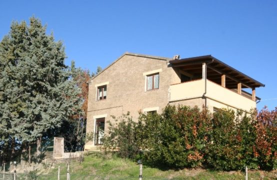 Renovated farmhouse  developed on 2 floors, 3000 sqm enclosed courtyard, outbuildings