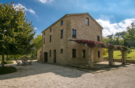 Well restored farmhouse for sale in Penna San Giovanni