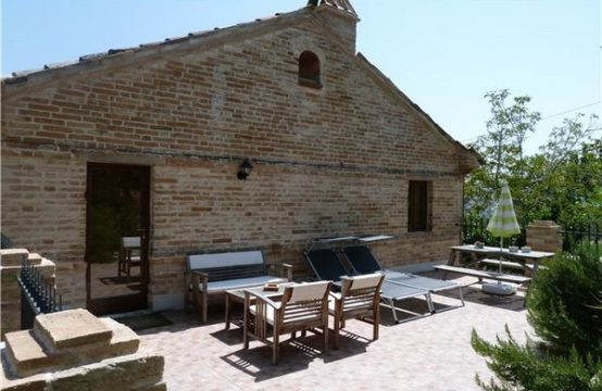 Restored farmhouse/B&#038&#x3B;B for sale in Petritoli, Marche
