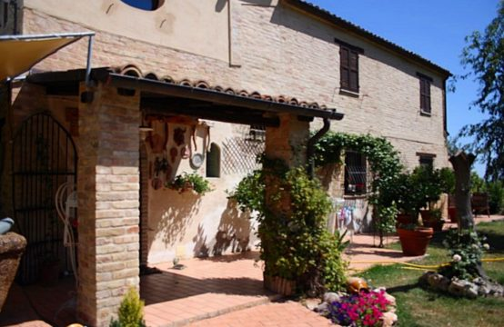 Farmhouse for sale in Ancarano, Abruzzo near Le Marche