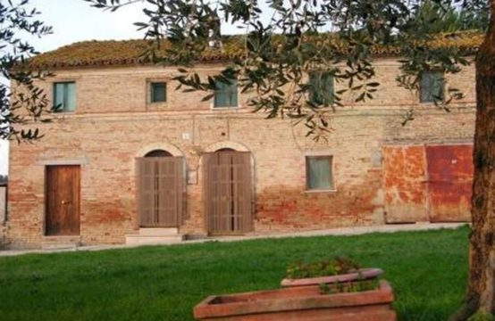 Habitable Farmhouse with annexes for sale Macerata