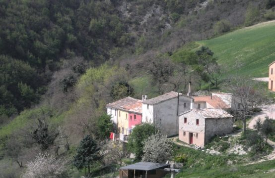 Price reduced. Ancient and characteristic rural village/B&#038&#x3B;B for sale Marche
