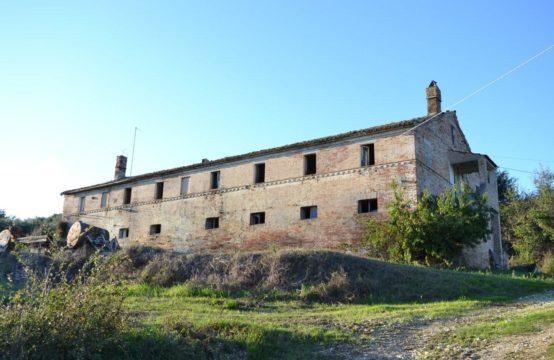 Grande casale con annessi da ristrutturare in vendita a Torre di Palme