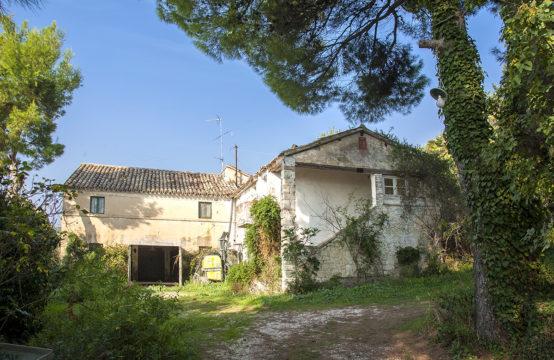 Casale da ristrutturare in vendita all'interno del Parco del Conero
