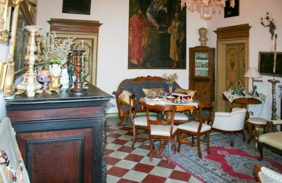 Antico palazzo a Falconara con affreschi