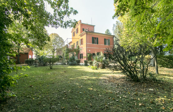 Villa for sale in le Marche with church and farmhouse