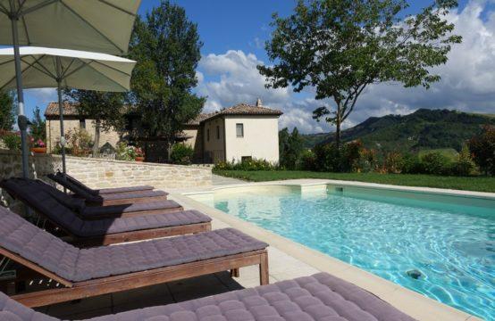Casale ristrutturato con piscina e magnifica vista in vendita nelle Marche. Force