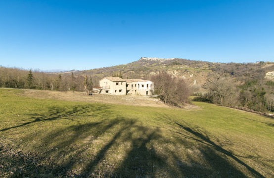 Large farmhouse plus annex, with possibility of 5 apartaments and 1 studio flat, camp sites, agriturismo, with land for sale in Monte San Martino