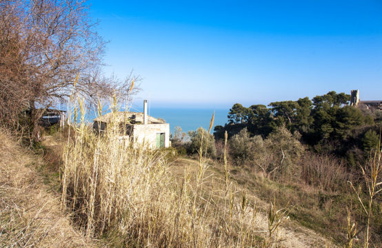 Farmhouse to restore and building plot overlooking the sea for sale in Cupra Marittima, Marche