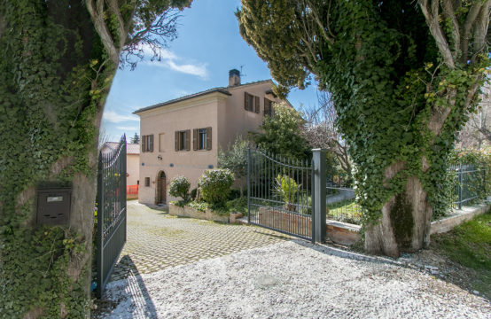 Single house restored with high quality materials for sale Marche