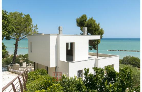 Villa vista mare parzialmente ristrutturata in vendita a Cupra Marittima. Marche