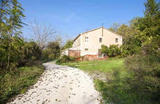 Farmhouse to be restored in Parco del Conero – Lucia