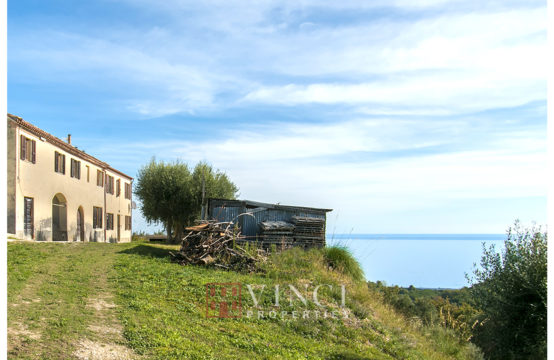 19th century farmhouse in a splendid panoramic position overlooking the sea