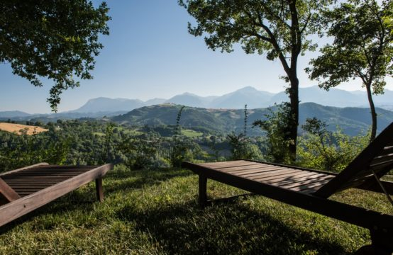 Wooden house and farmhouse to be restored in Smerillo with fantastic views